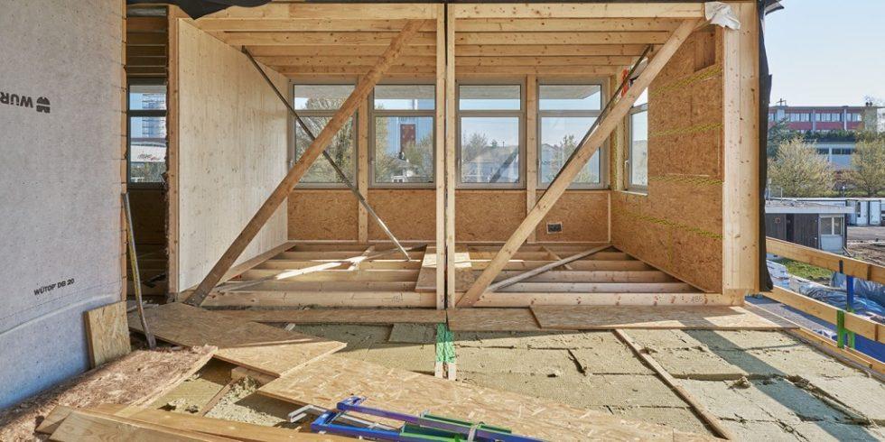 Vorfabrizierte Holzmodule aus der Zimmerei Husner AG Holzbau bilden die Außenwände, teilweise auch die Innenwände der Sprint-Büroeinheit. Foto: Martin Zeller