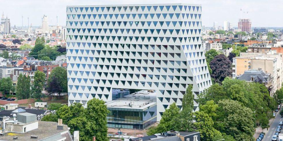 Der Büroturm mit einer Nutzfläche von 23.500 m² erhebt sich wie eine Brücke über ein transparentes zweigeschossiges Kongressgebäude und verbindet zwei öffentliche Parks. Foto: XDGA/Matthias Van Rossen