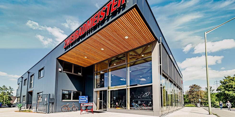 Das neue zweigeschossige Flachdachhalle des auf E-Bikes spezialisierten Fahrradfachhandel Zweiradmeister in Waldbröl. Foto: FH Finnholz