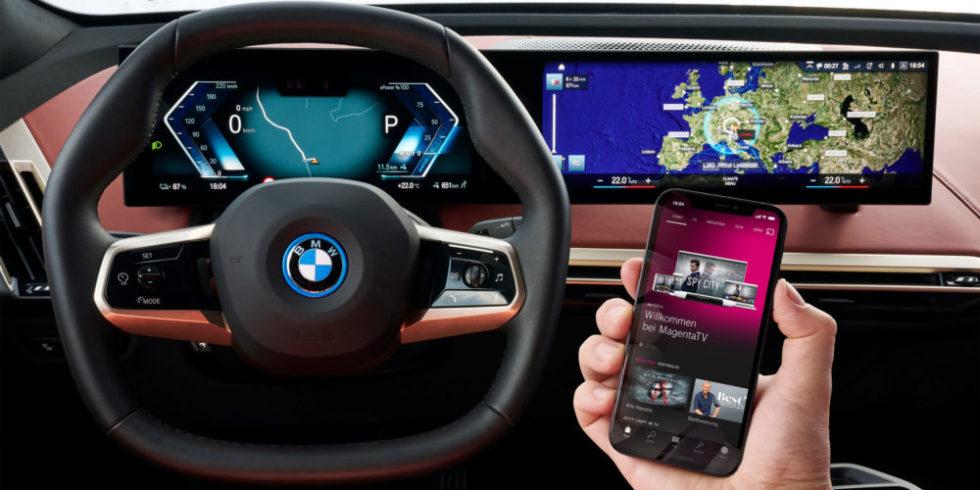 BMW iX Cockpit und Smartphone