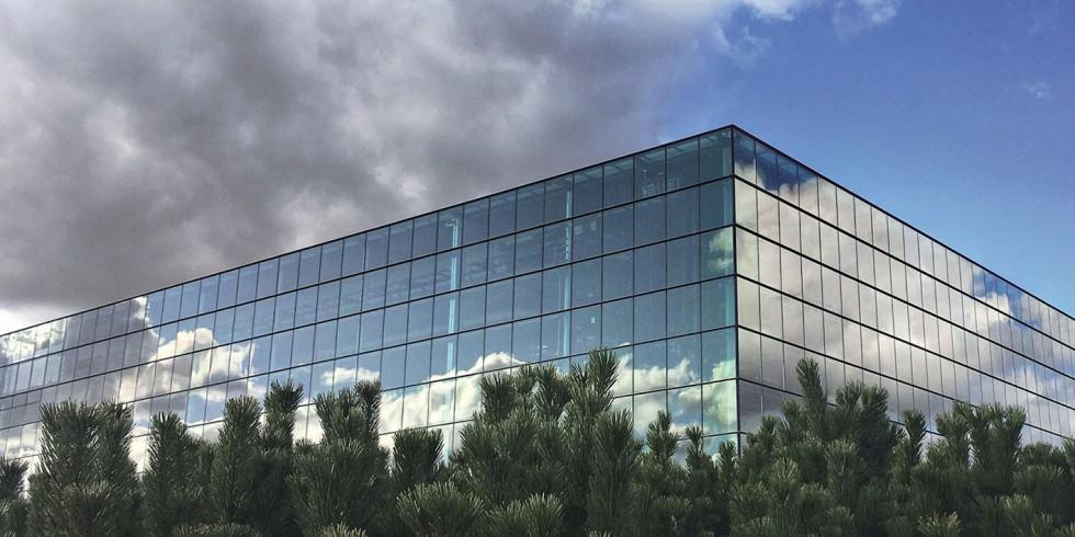 Fraunhofer-Institute: Bei Gebäuden mit großen Glasfronten ermöglicht die Ausstattung mit elektro- oder thermochromen Fenstern Energieeeinsparungen von bis zu 70 % bei Heizung und Kühlung. Foto: Fraunhofer
