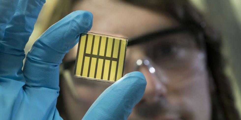 Eine neue Materialkombination für Tandemsolarzellen aus Silizium und Perowskit könnte maßgeblich den Wirkungsgrad erhöhen (im Bild eine Perowskie-Solarzelle). Foto: Markus Breig, KIT