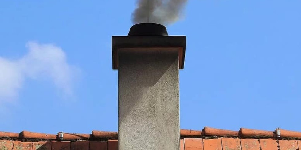 Neue Abstandsregelung für neu errichtete Schornsteine von Festbrennstofffeuerungen. Die Austrittsöffnung muss nahe dem Dachfirst angebracht werden und diesen um mindestens 40 Zentimeter überragen. Foto: Genath