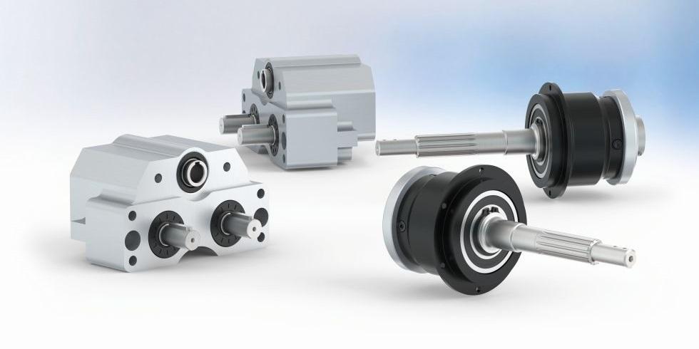 Zwei Beispiele für gemeinsam realisierte Antriebslösungen von Neugart: Anwendungsspezifische Sondergetriebe für die ROBEL Bahnbaumaschinen GmbH (links) und die Torqeedo GmbH (rechts). Foto: Neugart GmbH