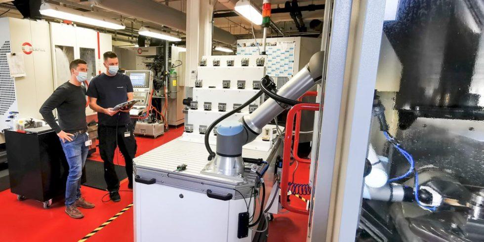 Thales in Ulm nutzt ein mobiles System mit einem Cobot, um eine Fräsmaschine automatisch zu beladen. Foto: Thales