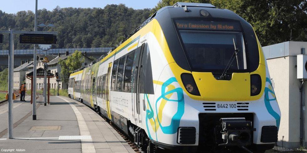 Der E-Triebwagen von Alstom kann auch auf nicht elektrifizierten Strecken fahren. Foto: Alstom