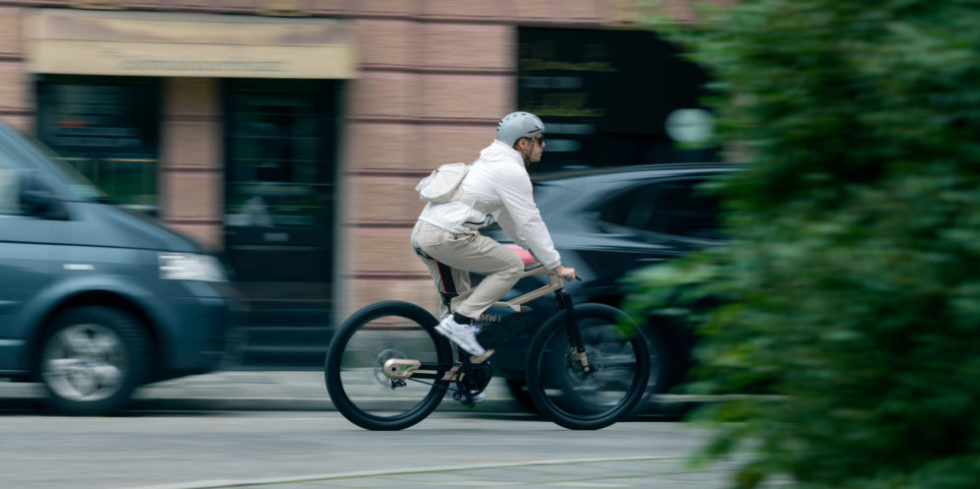 BMW Fahrrad auf der Straße