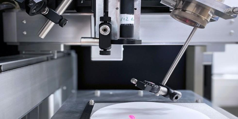 Am Fraunhofer IKTS werden keramische Materialien mit der Laser-Speckle-Photometrie zerstörungsfrei auf Defekte geprüft. Der kompakte Messaufbau besteht aus Laserdiode (oben links), Digitalkamera (oben Mitte) und Anregungsquelle (oben rechts). Foto: Fraunhofer IKTS