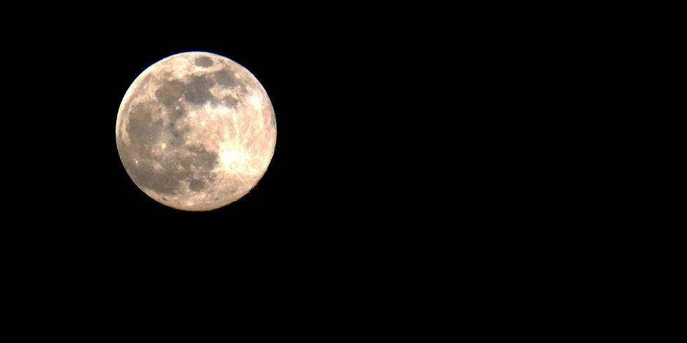 Was sich in den dunklen Kratern auf dem Mond verbirgt, war bislang nicht zu sehen. Foto: Peter Sieben
