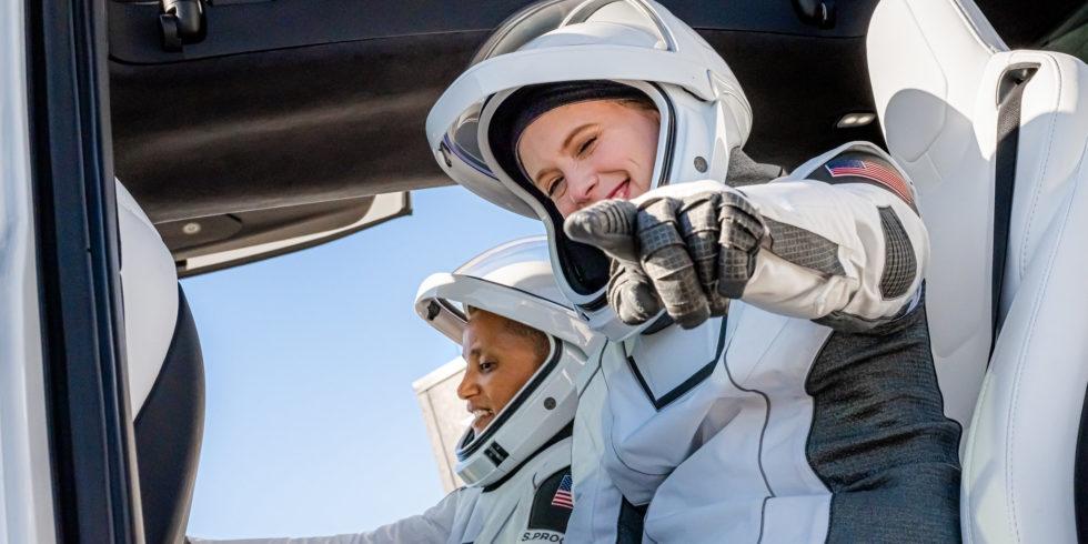 """Hayley Arceneaux ist der erste Mensch mit einer Prothese, der ins All fliegt. Die """"Inspiration 4""""-Crew wird an Bord einer SpaceX-Kapsel mehrere Tage im All sein. Foto: Inspiration4"""