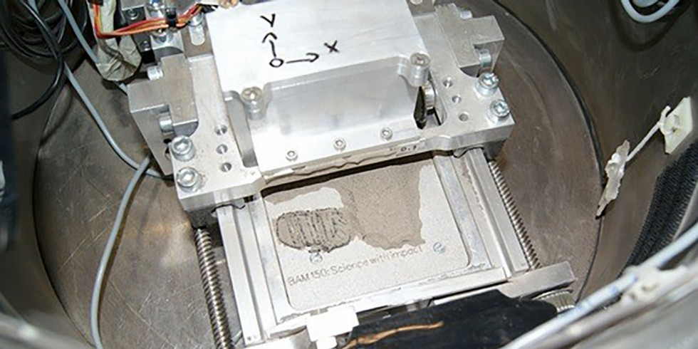 Ein großer Schritt für den 3D-Druck – Forscher*innen drucken den berühmten Fußabdruck Neil Armstrongs aus Mondstaub-Simulat bei einem Parabelflug. Foto: BAM