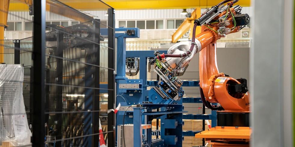 Zur automatischen Werkstückbe- und -entladung arbeitet der Werkzeugmaschinenbauer je nach Forderung mit Varianten wie Portalladern oder (hier gezeigt) Knickarmrobotern. Foto: WFL