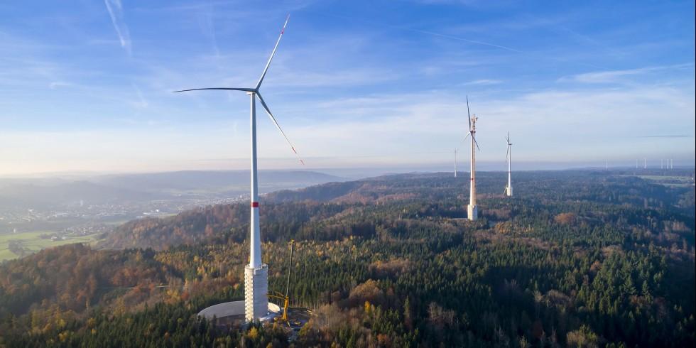 Die Windräder in Gaildorf im Bau. Die Fundamente der Masten sind Teil des Wasserspeichers. Foto: Max Bögl Wind/Reinhard Mederer