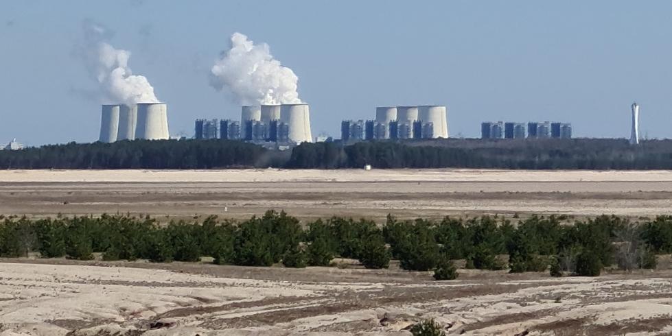 Das Braunkohlekraftwerk Jänschwalde vom Cottbuser Ostsee aus gesehen. Künftig sollen Wind- und Solarkraftwerke an Stelle des alten Kraftwerks treten. Foto: Jens D. Billerbeck