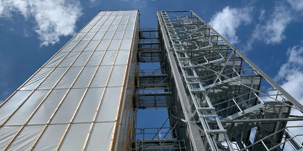 Blick auf das Demonstrator-Hochhaus des SFB 1244 in Stuttgart. Foto: Universität Stuttgart/ILEK