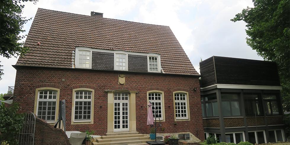 Gelungene Architektur inklusive: Das Praxis- und Wohngebäude wurde 1932 errichtet und in den Achtzigerjahren erweitert. Foto: August Brötje GmbH