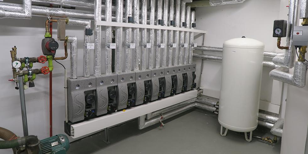 Die Wärmeverteilung erfolgt über acht Heizkreise einschließlich einer Systemtrennung für die Beheizung des Schwimmbads. Foto: August Brötje GmbH