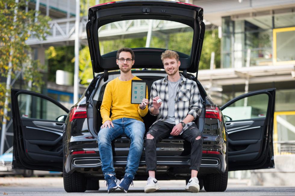 Die beiden App-Entwickler im Auto