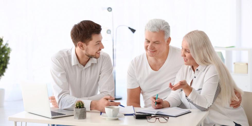 zwei ältere Menschen Planungen Finanzen mit Berater