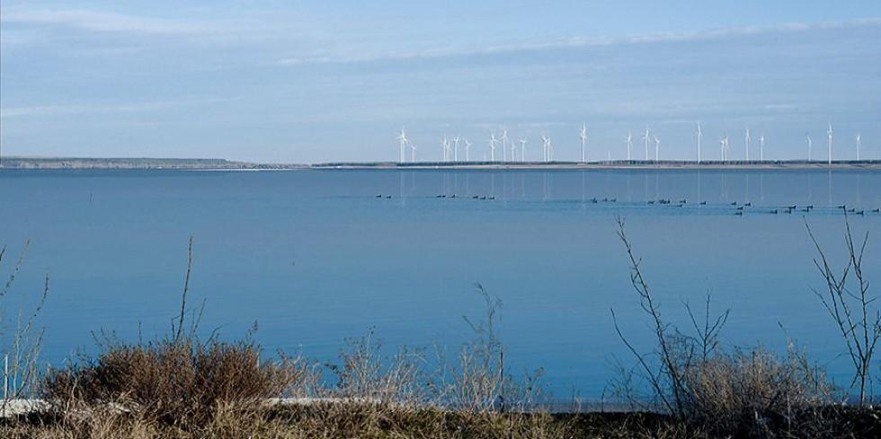 Von den touristisch genutzten Uferbereichen des Ostsees aus, hier Merzdorf, wird die schwimmende Photovoltaik-Anlage so gut wie nicht zu sehen sein. Die Windkraftanlage am gegenüberliegenden Ufer schon. Foto: LEAG