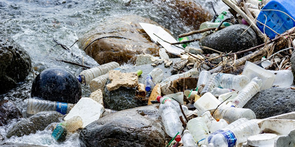 Zersetzt sich Plastikmüll, können neben Mikroplastikpartikeln auch gebundene Schwermetalle freigesetzt werden. PantherMedia / billroque
