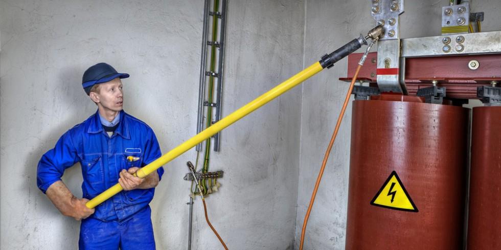 Bei der Wiederinbetriebnahme von Elektrogeräten nach einem Hochwasser ist die Fachkraft gefragt. Foto: PantherMedia / grigvovan