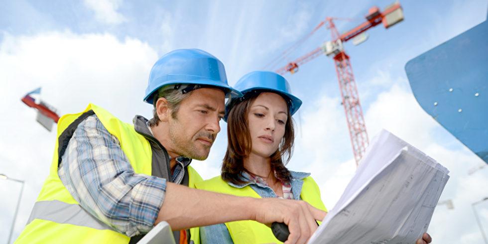 Bauingenieure schauen auf Pläne
