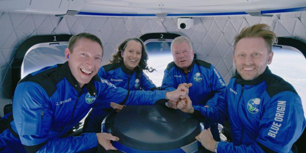 William Shatner alias Captain Kirk mit der Crew von Blue Origin.