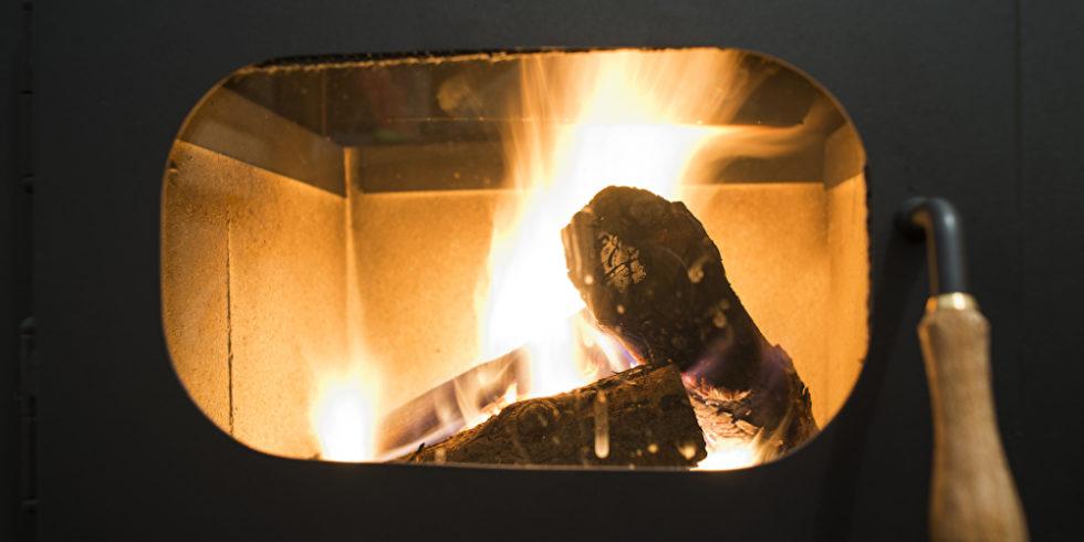 Heizen mit Holz im Ofen