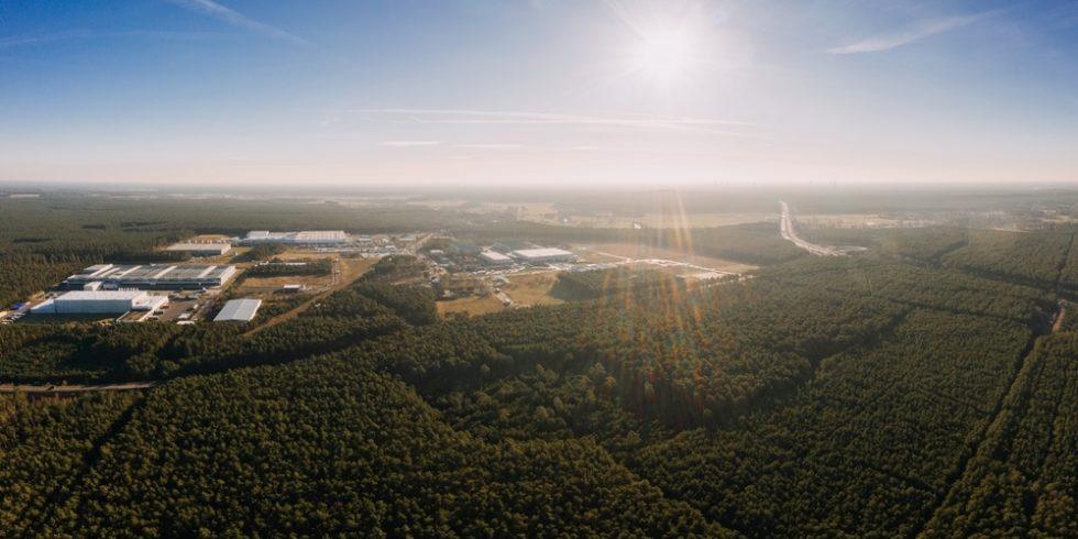 Weitwinkel-Drohnenaufnahme mit Waldpanorama der Grunheide Berlin-Brandenburg Ort für die neue tesla gigafactory europe